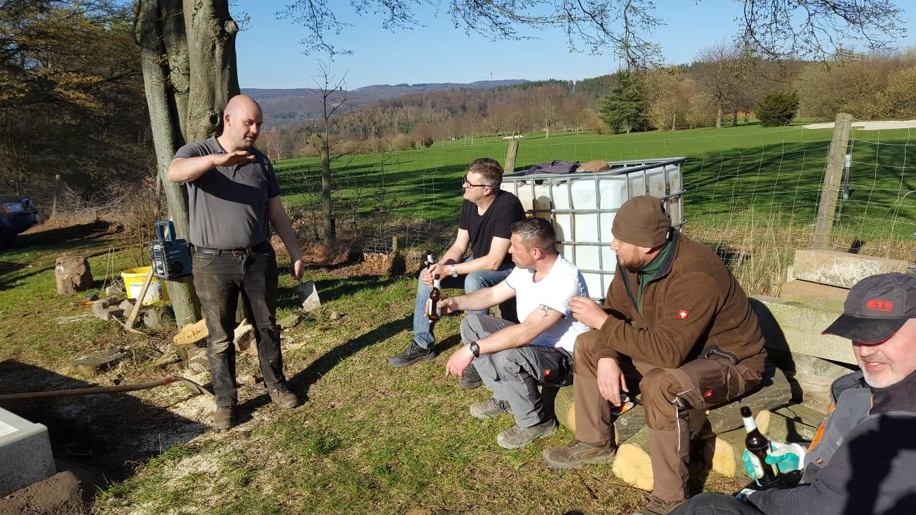 Bauleiter-Markus-Allendorf-erklärt-den-fleißigen-Helfern-die-Details
